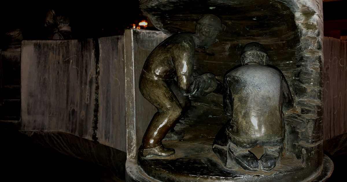 Zwei gusseiserne Bergleute auf einem Brunnen auf dem Marktplatz in der Altstadt von Dorsten